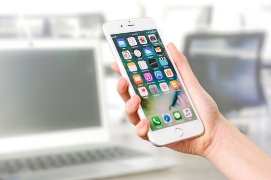 Dezynfekcja smartfonów, kluczy, klamek.